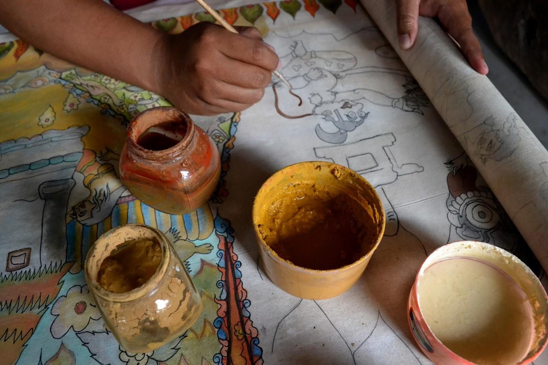 Indra Setiawan paints 'Panji Kuda Semirang'.