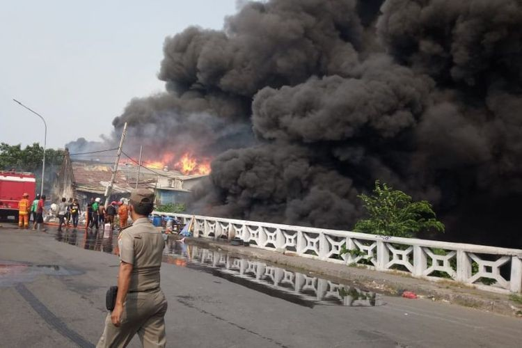 Fire engulfs warehouse in North Jakarta