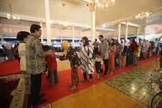 Sultan Hamengku Buwono X shakes hands with an elderly woman. JP/Boy T. Harjanto