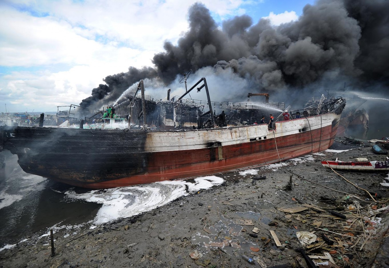15 foreign tourists safe after motorboat catches fire in Komodo National Park