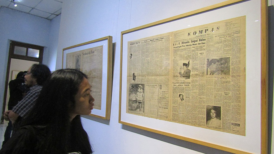 Key milestone: A visitor looks at national newspaper Kompas' first edition published on June 28, 1965, at an exhibition of old newspapers and magazines at Bentara Budaya Yogyakarta. Kicked off on July 3, the exhibition will run until July 11. (JP/Bambang Muryanto)
