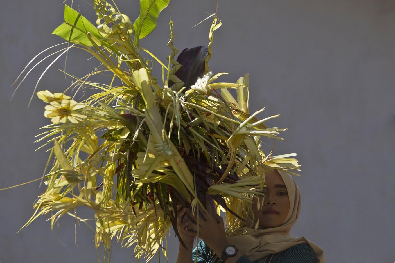Inseperable partner: A teenager brings kembar mayang (decorated clusters of coconut leaves) symbolizing the bride, Sri Gondel. JP/ Sigit Pamungkas