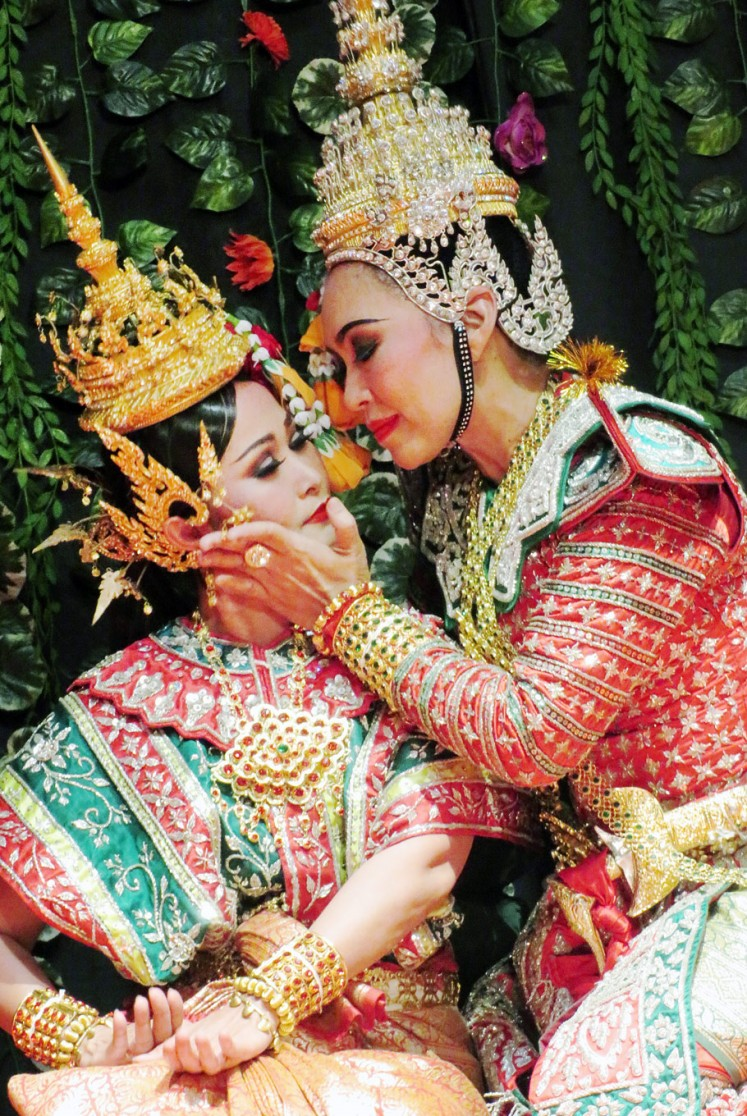 Affection: Panji/Inao (right) comforts the heroine Bussaba before their temporary separation in the performance presented by the Sukhothai College of Dramatic Arts.