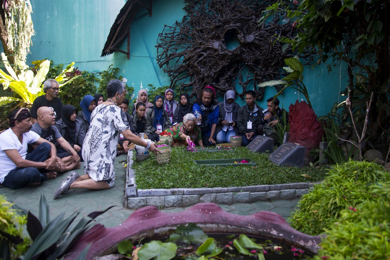 Students pay tribute to legendary artist Affandi at his grave. JP/Tarko Sudiarno
