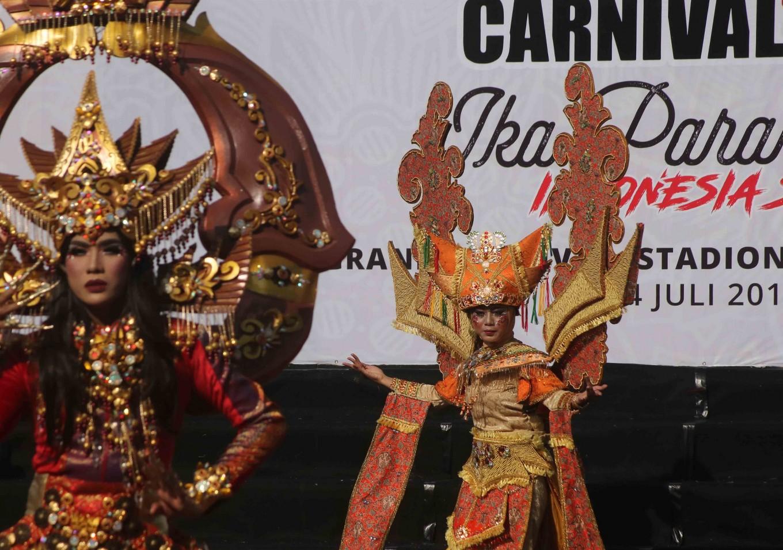 Participants of the Solo Batik Carnival in Surakarta, Central Java, wear Nagari Minangkabau costumes, highlighting Sumatra.