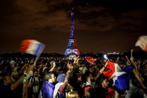 France gives World Cup winners a heroes' welcome home