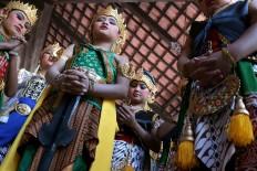 Children pray before performing. JP/Maksum Nur Fauzan