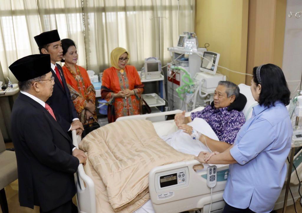 Jokowi, Kalla visit Yudhoyono in Gatot Subroto hospital