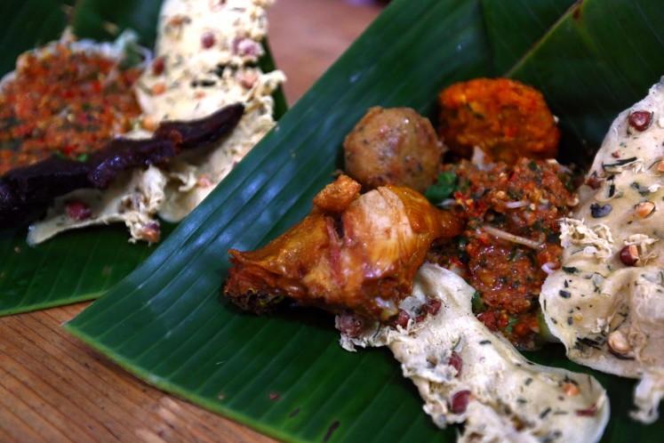 Pecel Pincuk Ibu Ida offers a delectable serving of 'pecel'.