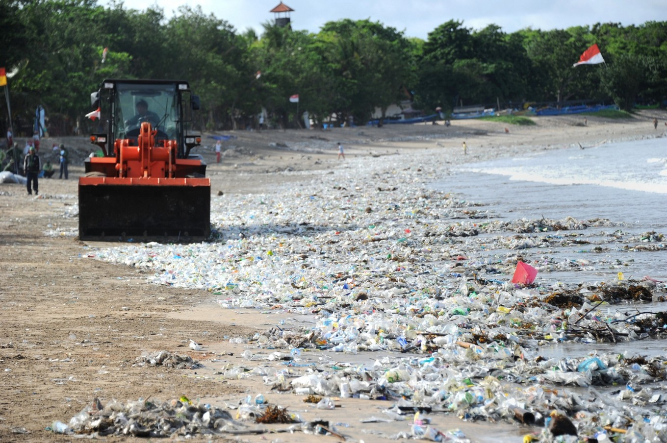 Trash heroes and scavenger apps battle Bali 'garbage emergency'