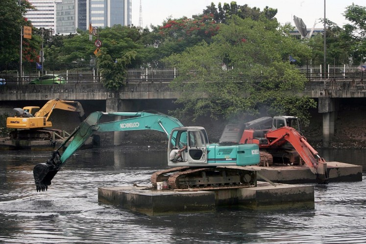 Excavators dredge the West Setiabudi Reservoir in South Jakarta on Monday. Setiabudi only treats about 2 percent of waste water, which comes not only from households in Jakarta, but also from millions of houses, factories, commercial buildings and agricultural fields in upstream areas.