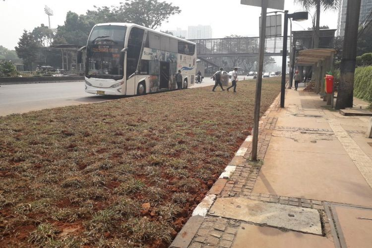 Anies to remove grass strips separating road from bus stops