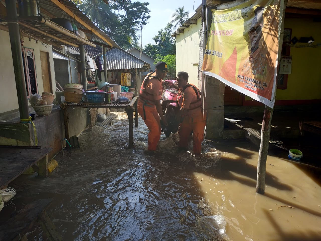 Tidal waves cause floods, displace hundreds in West Lombok