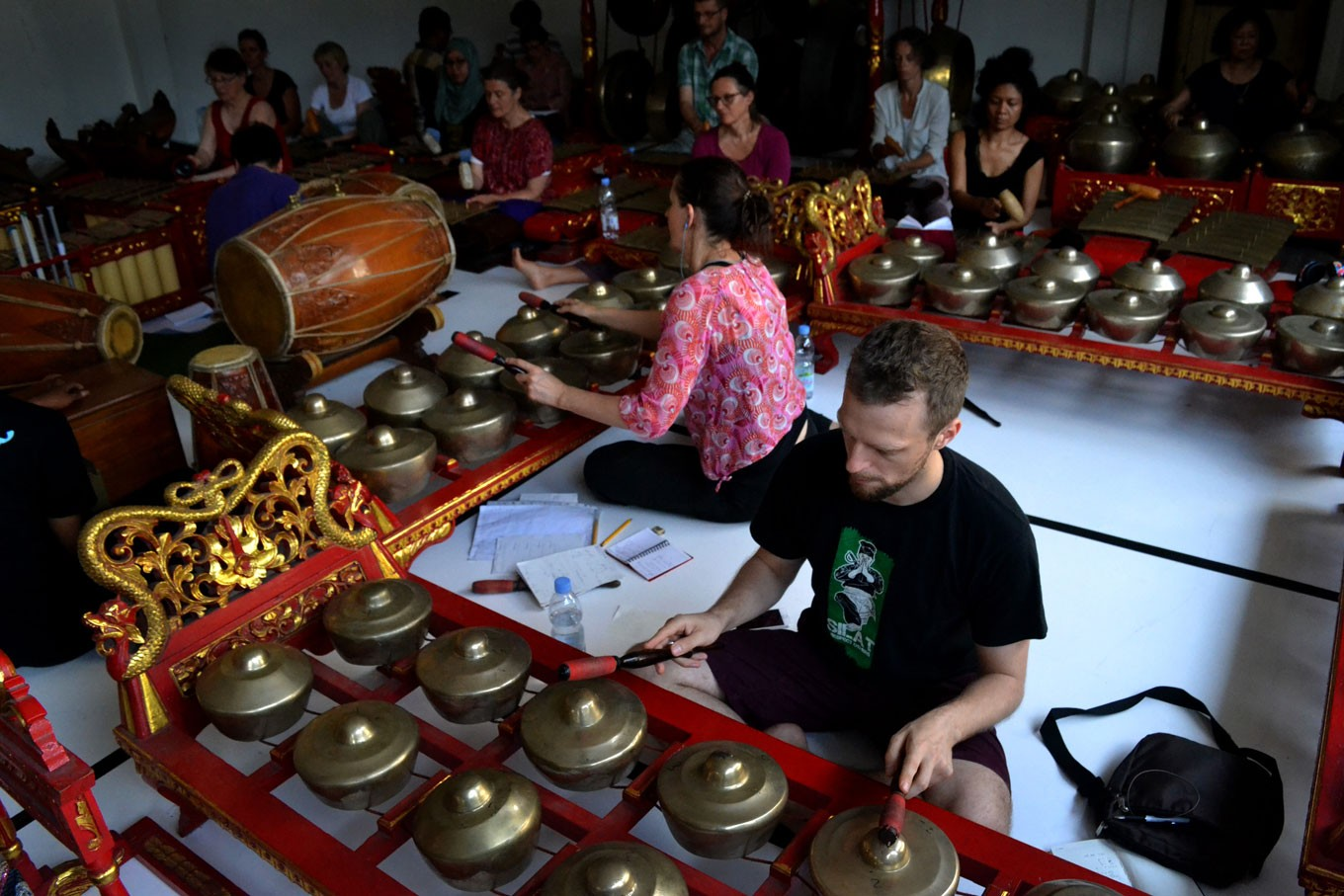 French students learn, collaborate on traditional Javanese performing arts