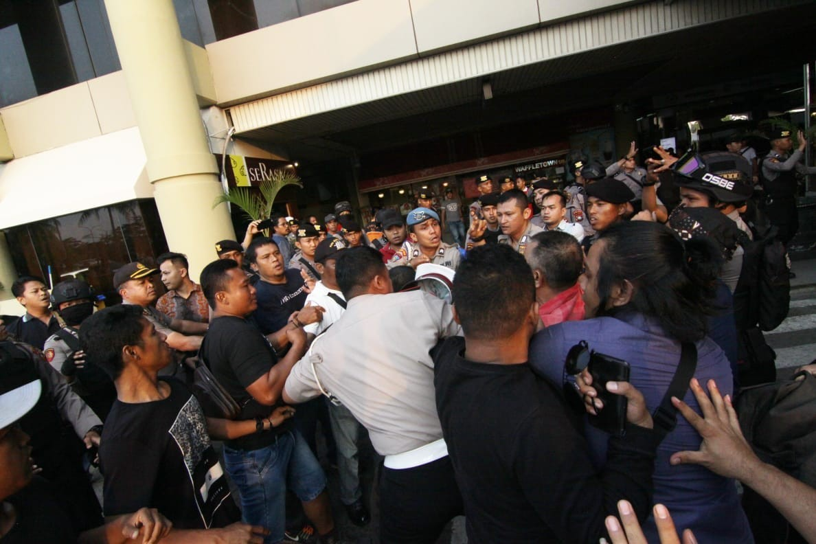 Jokowi supporters try to prevent anti-Jokowi activist from entering Batam