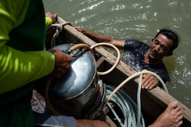 Thai 'Indiana Jones' divers scour Bangkok's murky river for treasure