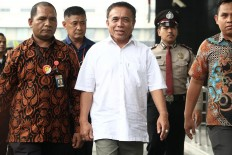 Under escort: Aceh Governor Irwandi Yusuf (center) arrives at the Corruption Eradication Commission (KPK) headquarters in Jakarta on Wednesday, July 4, 2018. Irwandi has been accused of embezzling development funds. JP/ Dhoni Setiawan