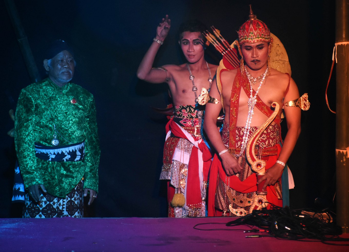 The 'Sang Putra Kunti' story, performed on Saturday by a 'wayang orang penget' troupe at the Rampal Celaket subdistrict office in Malang, East Java, tells of the sibling rivalry between Karna and Arjuna, two brothers who have very different fates. 'Sang Putra Kunti' was inspired by the tales in the 'Mahabharata' epic.
