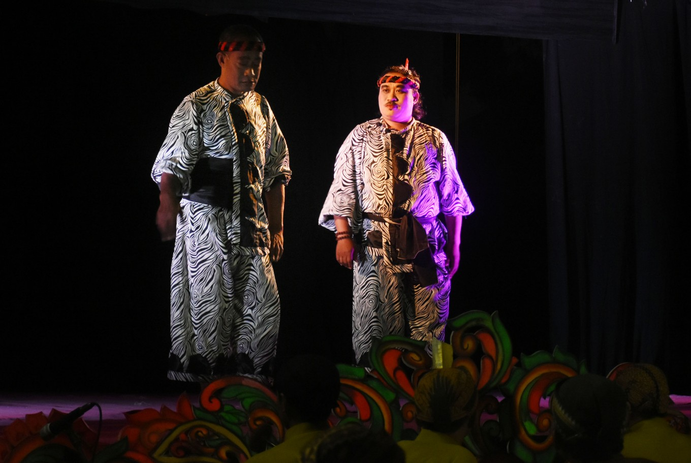 Two of the 14 wayang orang artists from the Malang theatrical community tell the tale of sibling rivalry between brothers Karna and Arjuna, the sons of Dewi Kunti on Saturday in Malang, East Java.