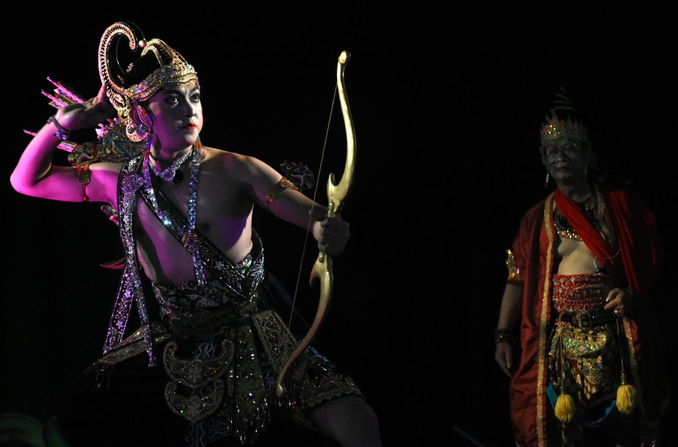 A 'wayang orang' artist reaches for an arrow during Saturday's performance of 'Sang Putra Kunti' in Malang, East Java. Although 'wayang orang penget' is different from 'wayang orang', the traditional theatrical form still adapts tales from the 'Mahabharata' or 'Ramayana'.