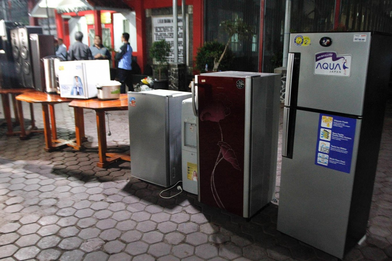 Evidence: Refrigerators and other electronic equipment are displayed on Sunday evening, July 22, 2018 at Sukamiskin Penitentiary in Bandung, West Java, after they were confiscated from several cells by the Corruption Eradication Commission (KPK). The commission, which is investigating alleged bribery in exchange for special facilities for inmates, has arrested prison warden Wahid Husen, a prison guard and two inmates on suspicion of graft. JP/Arya Dipa