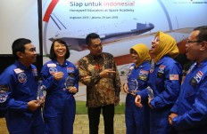 Indonesian teachers and Honeywell Indonesia president director Roy Kosasih (third left) share their excitement in Jakarta on Friday about their recent visit to US Space and Rocket center in Alabama, the United States. Ten science and mathematics teachers from West Java, Central Java, Gorontalo and Maluku underwent a simulation training for astronauts at the space camp from June 21 to 25 under the annual Honeywell Educators at Space Educators scholarship program. JP/Dhoni Setiawan