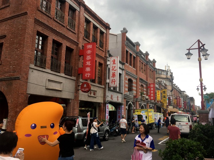 Streets in Dadaocheng are often lively.