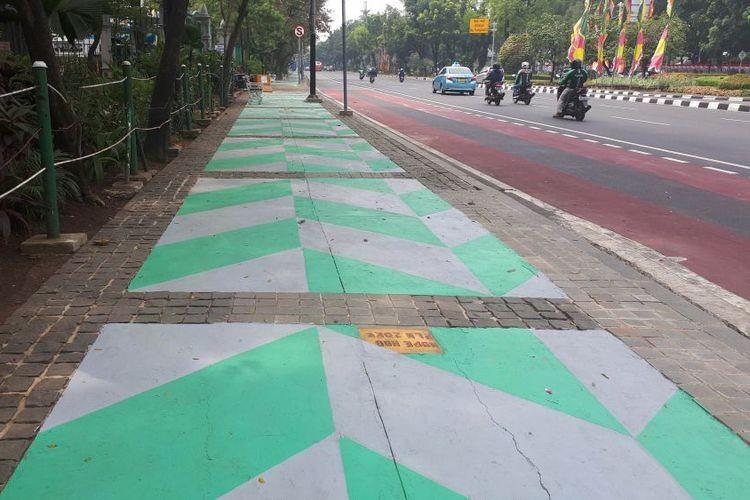 Monas sidewalks painted bright colors ahead of Asian Games