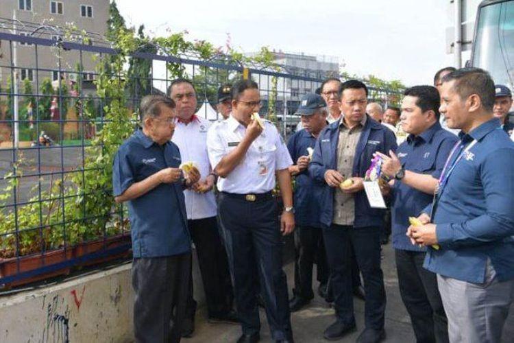 Kalla, ministers, Anies munch bananas beside 'Black River'