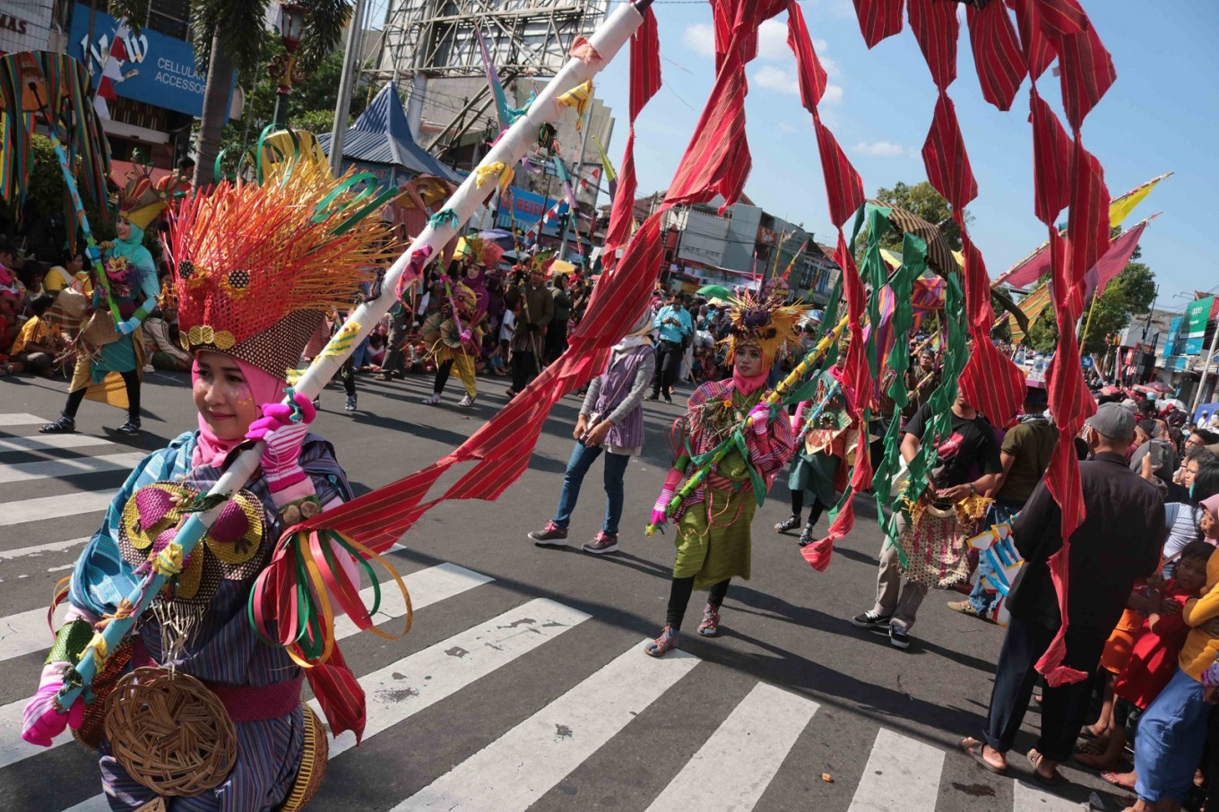 The 'lurik' carnival covered a distance of around 2 kilometers in Jl. Pemuda, Klaten, Central Java.