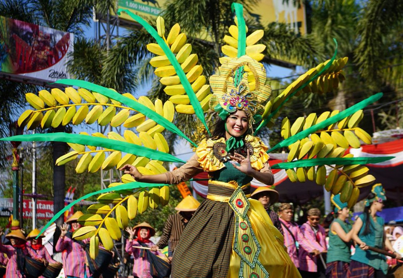A participant in the Klaten Lurik Carnival wears a nature-themed costume.