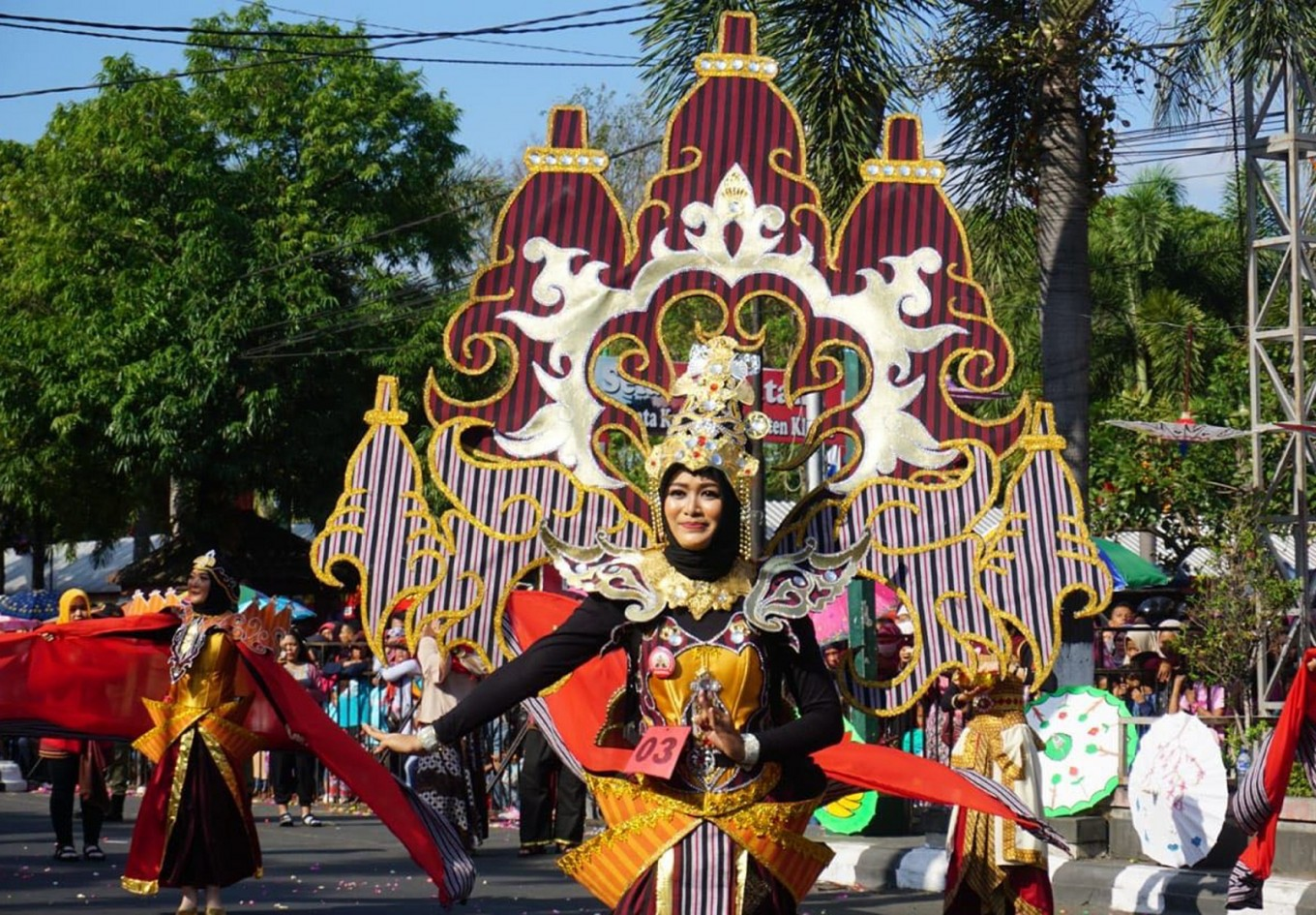 Klaten Lurik Carnival presents classic 'lurik' fabric designs transformed into modern and contemporary costumes.