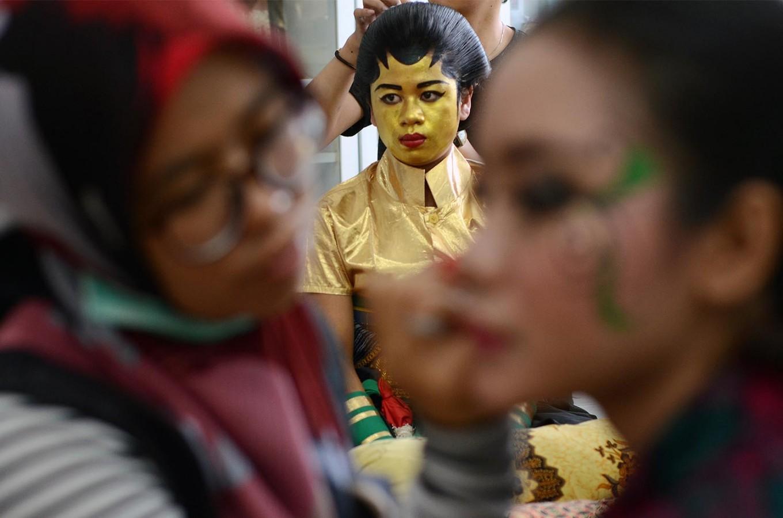 One of the participants dresses up as Goddess Sri during the Klaten Lurik Carnival. JP/Magnus Hendratmo