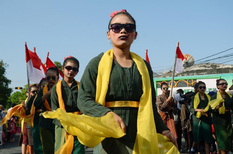 Young girls wear lurik kebaya with natural colors during the carnival. JP/Magnus Hendratmo
