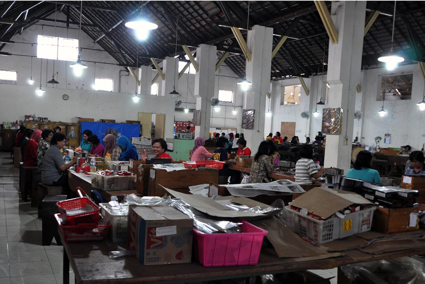 Workers, mostly female, are busy producing cigars at PD Taru Martani in Yogyakarta. JP/Magnus Hendratmo