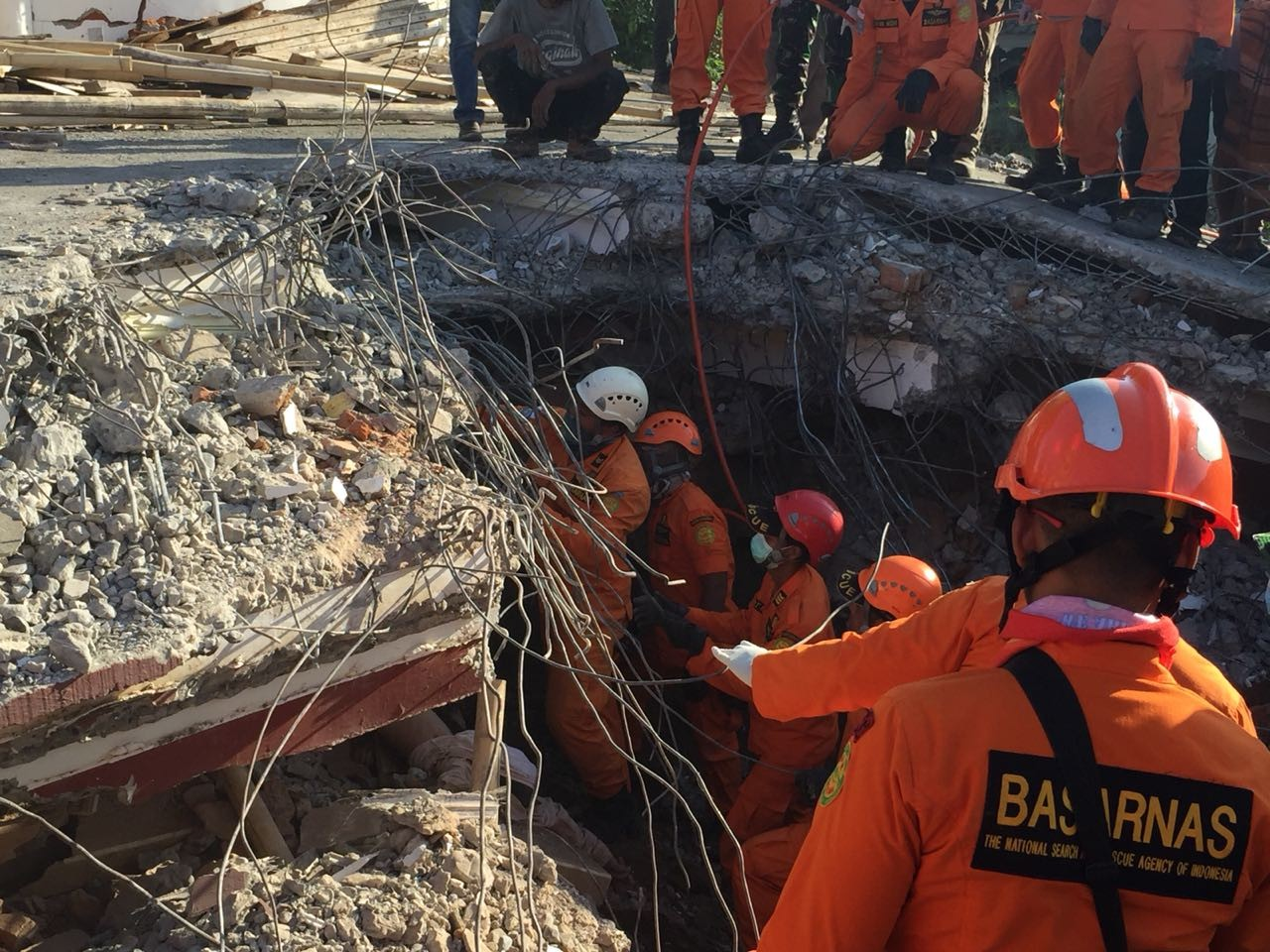 Team on mission to free people trapped in collapsed mosque
