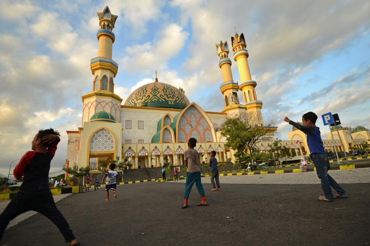 Earthquake-affected children play in the parking lot of a mosque in Mataram on West Nusa Tenggara province on August 7, 2018, two days after the area was struck by the temblor.