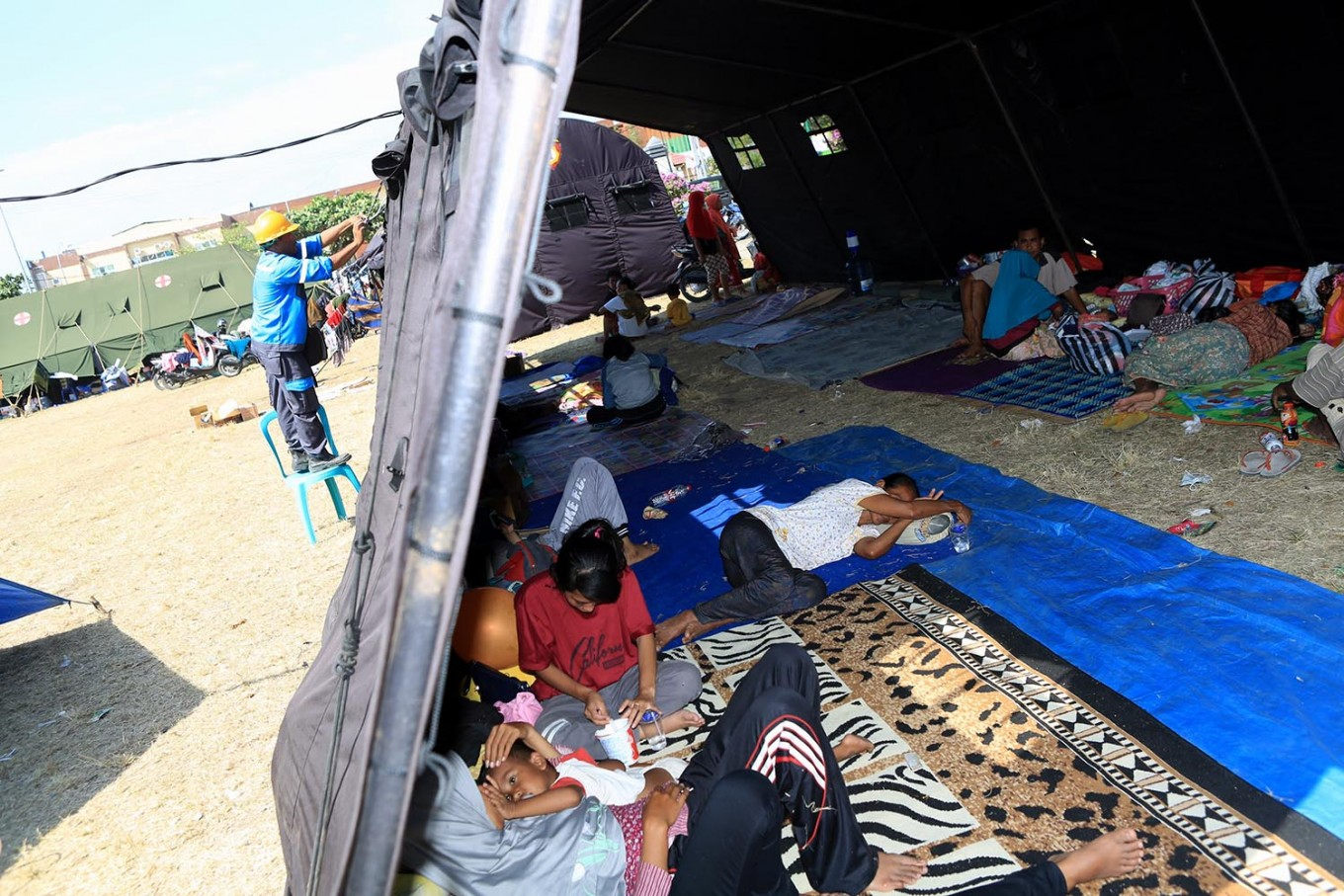 Indonesia quake toll jumps to 164, survivors wait for aid