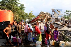 Villagers of  Dompu Indah village in Kayangan district, North Lombok, line up to get fresh water on Thursday Aug. 9, 2018. Clean water is a problem for evacuees in shelters, in addition to medicines and food. JP/Seto Wardhana