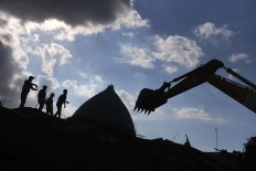 Rescuers search for victims possibly buried under the rubble of Nurul Iman Mosque in Pamenang village, North Lombok. Antara/Zabur Karuru