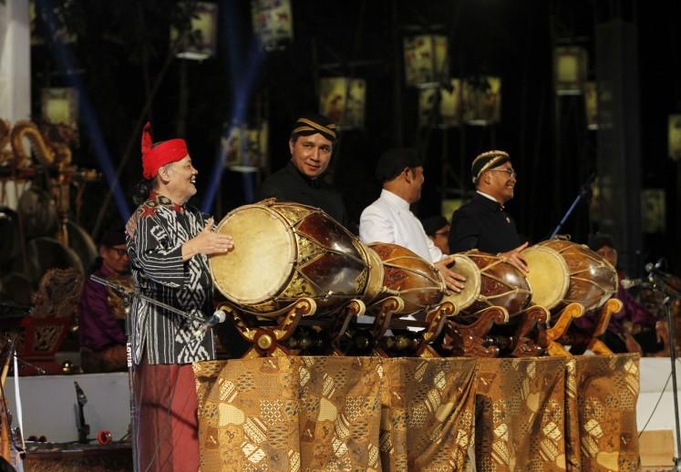 Gamelan maestro Rahayu Supanggah (left), the Education and Culture Ministry's culture director general, Hilmar Farid (second left), Surakarta Mayor FX Hadi