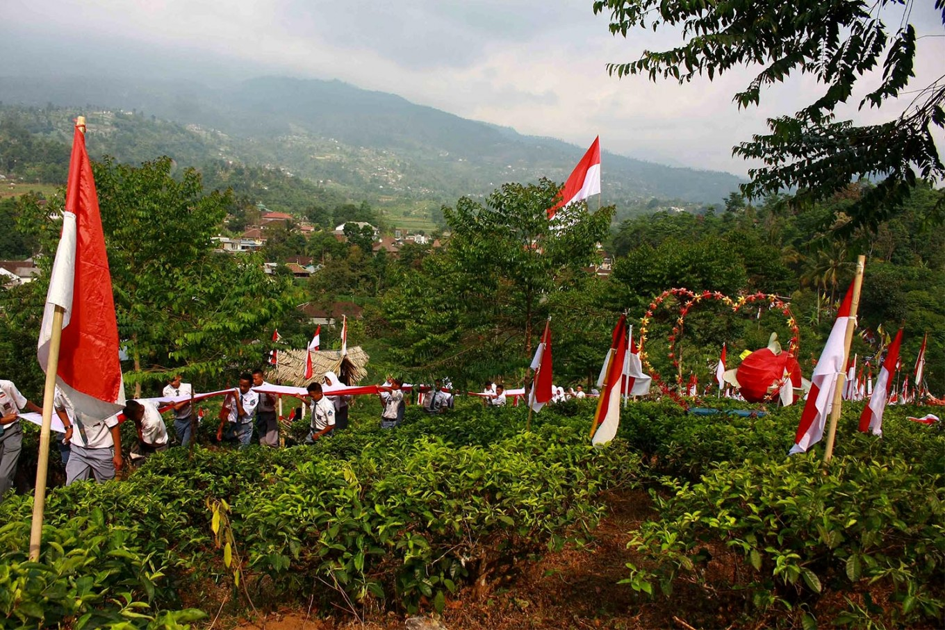 Students pass a tea plantation on the way to the top of the mountain. JP/Maksum Nur Fauzan
