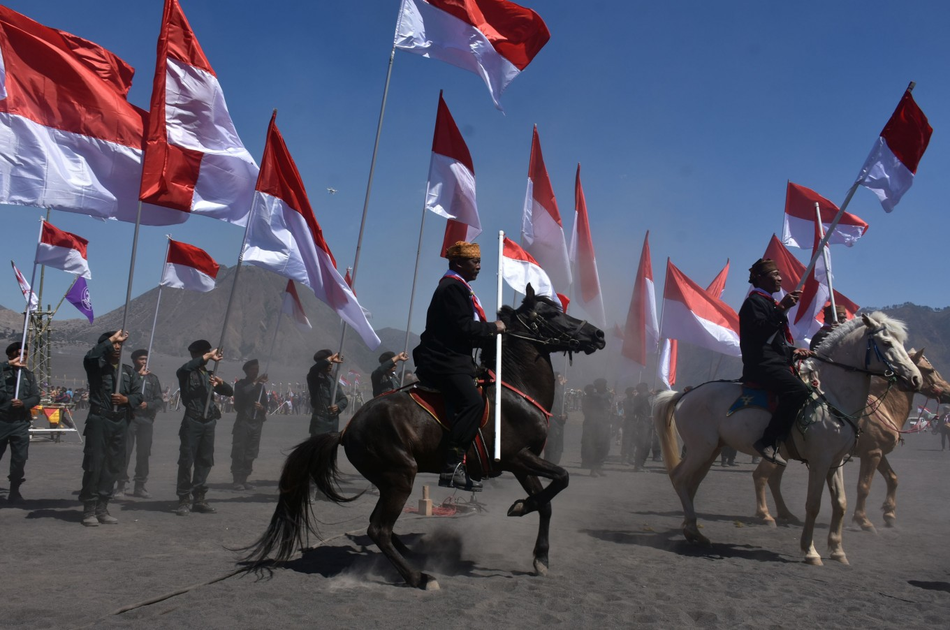 To attract the attention of a bigger crowd, a flag ceremony was held before raising the flag.