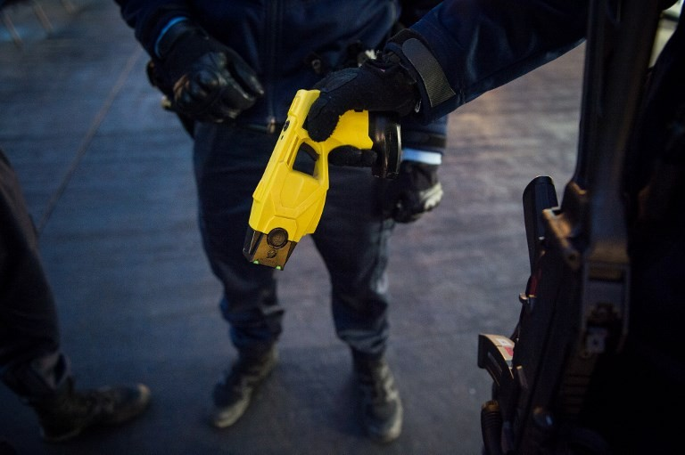 US police officer uses Taser on woman, 87