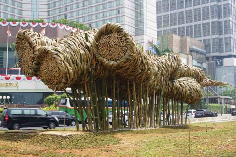 Bamboo art graces Jakarta traffic circle for Independence Day