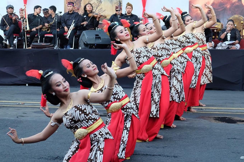 Dancers perform the opening dance of 'Adeging Nagari' in Surakarta, Central Java, on Saturday.