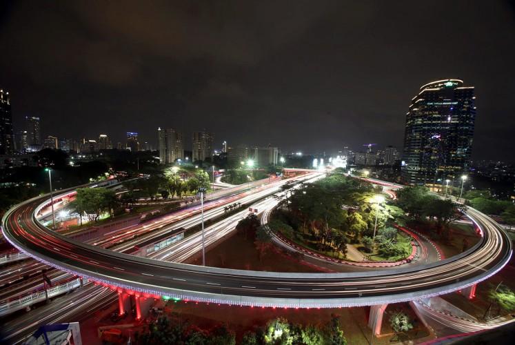 Sight to be: Sebuah pandangan udara dari Pertukaran Semanggi di malam hari. Ini adalah jembatan penyeberangan pertama di Indonesia dan dibuat pada tahun 1961 oleh mantan menteri pekerjaan umum, Sutami, di bawah perintah Presiden Soekarno untuk edisi keempat Asian Games pada tahun 1962. (JP / Seto Wardhana)