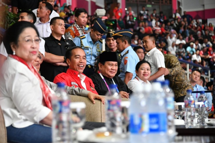 Political bigwigs, including Indonesian Democratic Party of Struggle leader Megawati Soekarnoputri (left), President Joko Widodo (second left), presidential contender Prabowo Subianto (third left) and Megawati's daughter Puan Maharani watch a pencak silat match during the Asian Games in Jakarta on Wednesday. Prabowo attended the event in his capacity as the Indonesian Pencak Silat Association (IPSI) chairman.