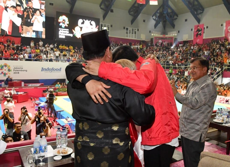 Jokowi, Prabowo share stage, group hug at Asian Games