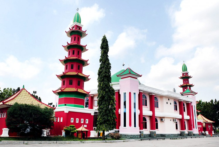 Chinese-style mosque: Muhammad Cheng Hoo Mosque in Seberang Ulu I district, Palembang retains Chinese architectural influences.